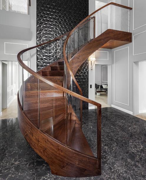 Bogentreppe mit Glasbrüstung