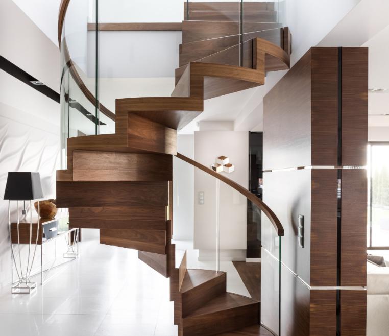 Designtreppe mit gebogenem Glasgeländer