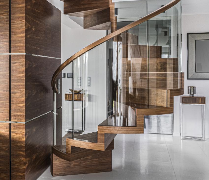 Faltwerktreppe mit Glasgeländer in Ausführung einer Spiraltreppe
