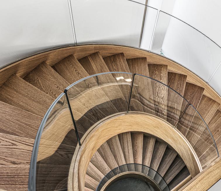 Moderne Treppe mit gebogenem Glasgeländer