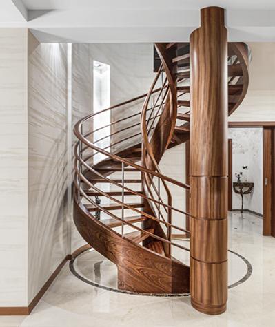 Spiraltreppe aus dunklem Holz